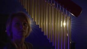 妇女在凝思屋子演奏冥想的仪器编钟 股票录像