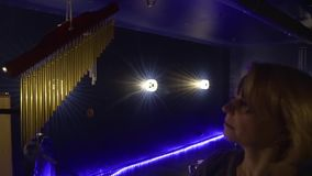 妇女在凝思屋子演奏冥想的仪器编钟 影视素材