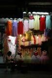 妇女在前面坐一家礼服商店在河内(越南) 库存照片