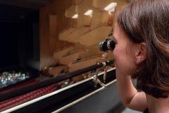 妇女在剧院使用望远镜 库存图片