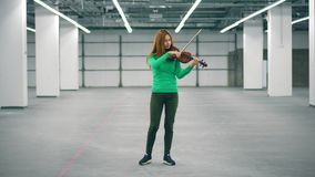 妇女在办公室屋子执行,专业地弹小提琴 股票录像