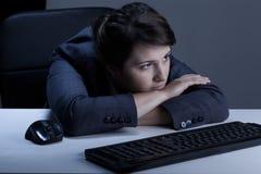 妇女在办公室烦人 免版税库存照片