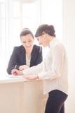 妇女在办公室 免版税库存照片