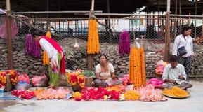 妇女在加德满都街市上卖了新鲜蔬菜 库存照片