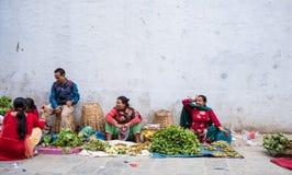 妇女在加德满都街市上卖了新鲜蔬菜 免版税库存图片