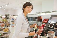 妇女在化妆用品界面 免版税图库摄影
