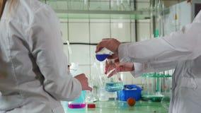 妇女在医学实验室进行化验 股票录像