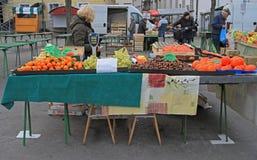 妇女在卢布尔雅那,斯洛文尼亚卖在街市上的果子 库存图片