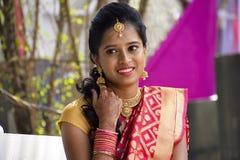 妇女在印地安服装穿戴了在看照相机,浦那的婚礼 免版税库存照片