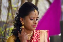 妇女在印地安看服装和的首饰穿戴了下来,浦那 图库摄影