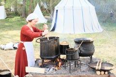 妇女在历史厨房里 免版税库存图片