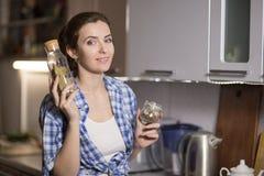 妇女在厨房准备一顿膳食 免版税库存照片
