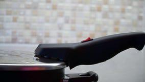 妇女在厨房包括一个电煎锅 股票视频