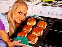 妇女在厨房烘烤曲奇饼 免版税图库摄影