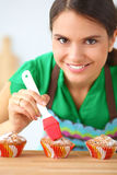 妇女在厨房里做蛋糕 库存照片