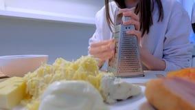 妇女在厨房里在家摩擦在磨丝器的乳酪 E 股票视频