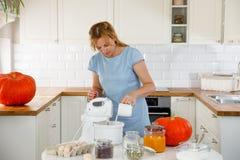 妇女在厨房里用南瓜 免版税库存图片