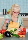 妇女在厨房里 库存图片