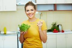 妇女在厨房里 图库摄影