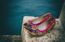 妇女在台阶的` s鞋子 免版税库存图片