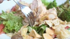 妇女在吃前接触她的叉子用沙拉 股票视频