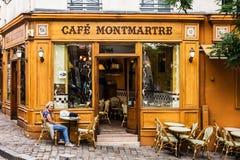 妇女在咖啡馆蒙马特的桌上坐蒙马特小山 PA 库存图片