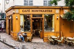 妇女在咖啡馆蒙马特的桌上坐蒙马特小山 PA 免版税库存照片