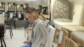 妇女在商店选择椅子 股票录像