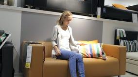 妇女在商店,家具的年轻西班牙女孩购物 股票视频
