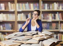妇女在图书馆,学生研究被打开的书里,学习女孩 免版税库存照片