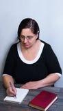 妇女在土气样式的一张木桌上 免版税库存图片