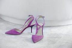 妇女在地毯的高愈合的鞋子 复制空间 购物 免版税库存图片