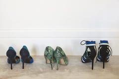 妇女在地毯的高愈合的鞋子 复制空间 免版税库存照片