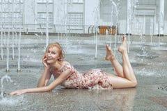 妇女在城市喷泉在 免版税库存照片