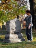 妇女在墓地 免版税库存照片