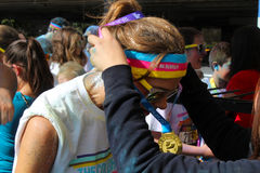 妇女在墨西哥接受在颜色奔跑种族的一枚奖牌 免版税库存照片