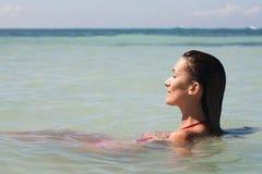 妇女在夏天在海 库存图片