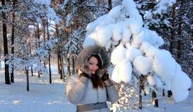 妇女在多雪的森林里 免版税图库摄影