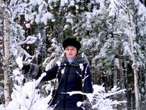 妇女在多雪的森林里 库存照片