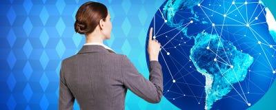 妇女在大地球附近站立 免版税图库摄影