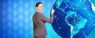 妇女在大地球附近站立 免版税库存图片
