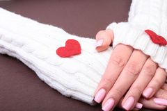 妇女在她的手上拿着红色心脏 库存照片