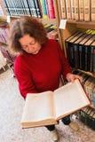 妇女在她的手2上拿着一本大书 库存图片