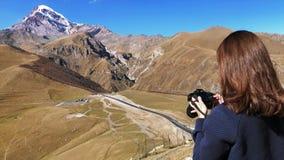 妇女在她的照相机的射击山 股票录像