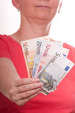 妇女在她的现有量欧元附注暂挂 免版税库存图片