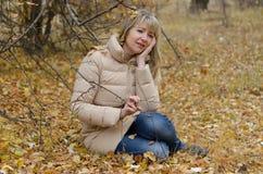 妇女在她的秋天消沉哭泣 免版税库存照片