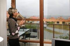 妇女在客厅#2 免版税库存图片