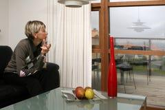 妇女在客厅 免版税库存照片