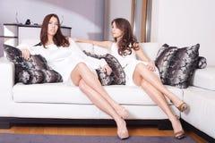 妇女在客厅 免版税图库摄影