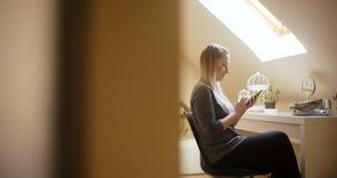 妇女在家使用智能手机 股票视频